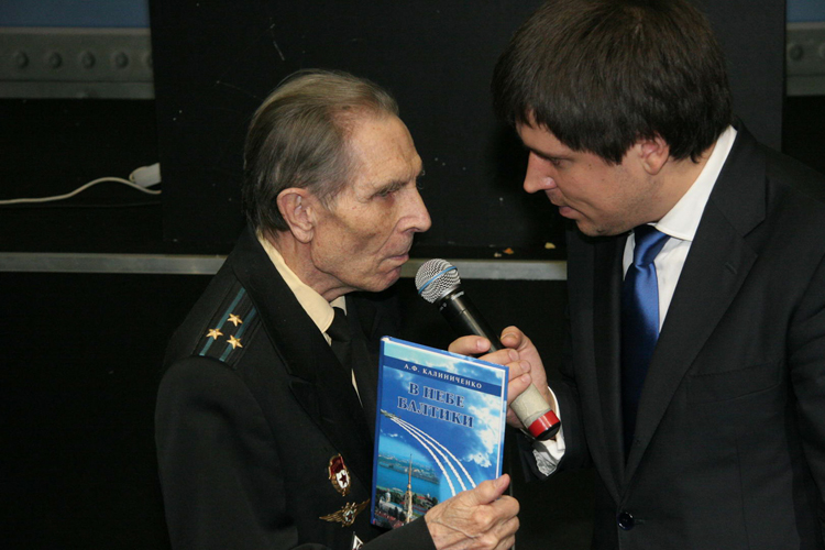 """A veteran of WWII, pilot A.F. Kalinichenko was invited to the final of the IL-2 National Championship. In his hand is the book (his memoirs) about the air war in the sky of Baltic Sea."" Photo by Igor Panuta."